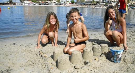 Los más pequeños disfrutan de la playa de Cala Estància.