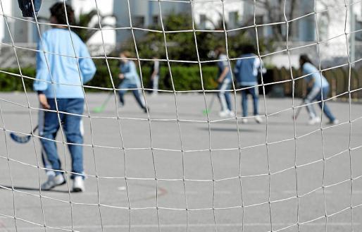 En la imagen de archivo, chicos y chicas juegan al hockey en un patio escolar de Baleares.