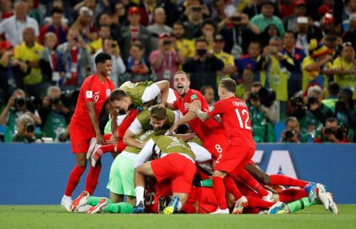 Los jugadores ingleses celebrando su paso a cuartos de final.