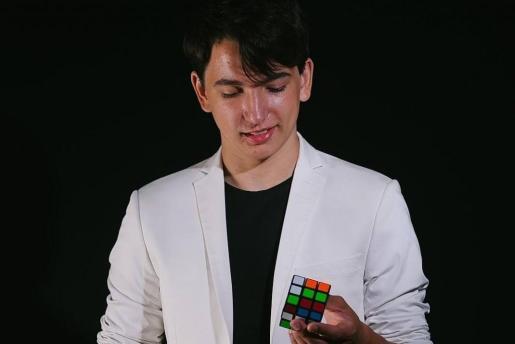 El mago Sergio Sastre ofrece un espectáculo en La Movida.