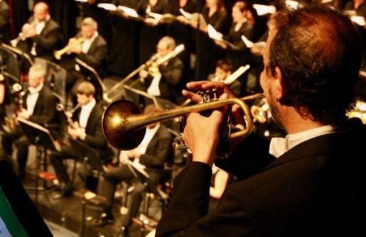 Pablo Mielgo dirige a la Orquestra Simfònica de les Illes Balears en este concierto.