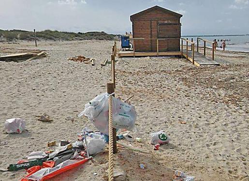 La suciedad de acumula en la playa de sa Ràpita por falta de servicios.