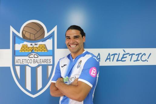 Rubén Jurado, posando con la camiseta del ATB días atrás.