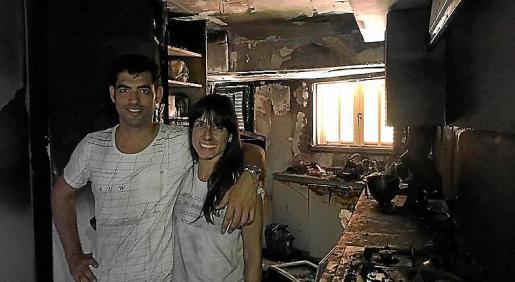 Andreu Genestra y su mujer, Xisca Capó, en lo que queda de su cocina.