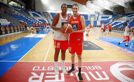 Nogaye Lo y Alba Torrens posan en la pista del Palau d'Esports de Son Moix.