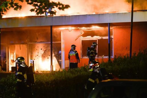 Nantes vivió varias horas de disturbios en tres barrios de esta ciudad del oeste de Francia después de la muerte, en un control policial, de un joven, presuntamente delincuente.