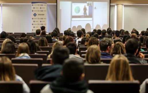 Según Armengol esta medida contribuirá a «garantizar que todos los estudiantes tengan la opción de poder hacer sus estudios en la UIB».