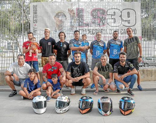 Los pilotos mallorquines que tomarán parte en la prueba de resistencia de Montmeló posan en el Palma Arena con sus cascos antes de emprender viaje a Barcelona para participar en la prestigiosa competición.
