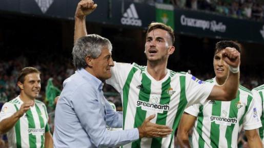 Setién felicita a Fabián tras el gol anotado por el centrocampista ante el Levante esta pasada temporada.