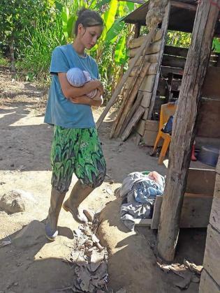 Fotografía sin fechar muestra a Patricia Aguilar mientras carga un bebe, en Chanchamayo (Perú).