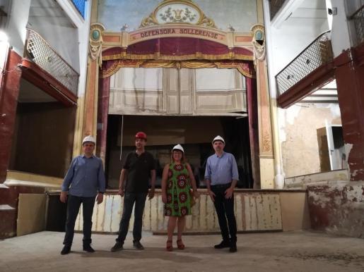 Bel Busquets, acompañada por el alcalde de Sóller, Jaume Servera, y el regidor de Urbanismo del municipio, Jaume Mateu, en la visita a La Defensora.