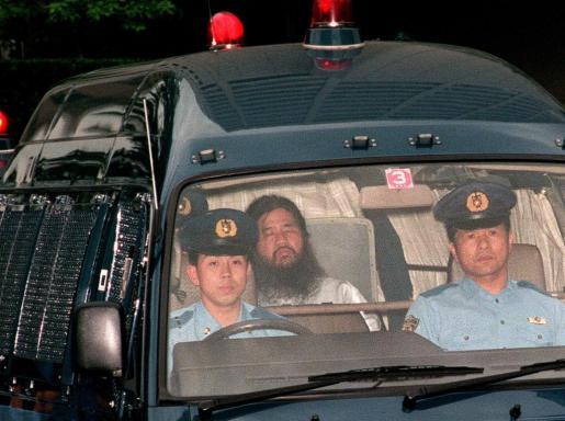 Chizou Matsumoto, el exlíder de la secta que también era conocido como Shoko Asahara, ha sido el primero en ser ahorcado. Imagen del momento de su traslado tras ser arrestado.