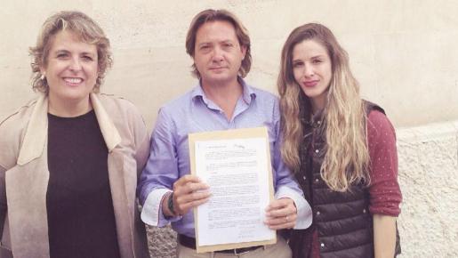Isabel Martorell y Malena Contestí, junto al presidente Jorge Campos, que muestra la denuncia.