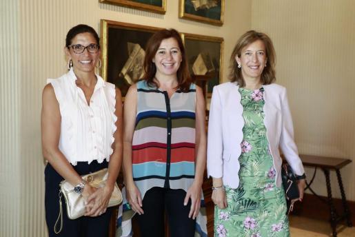 La directora territorial de CaixaBank en Barcelona, Maria Alsina, la presidenta de las Islas Baleares, Francina Armengol y la directora territorial de CaixaBank en Baleares, Maria Cruz Rivera,