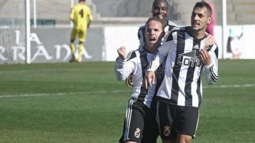 El ya nuevo jugador del Mallorca, celebrando un gol con el Linense.