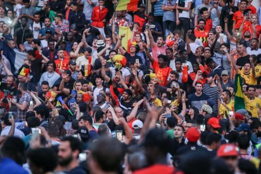 Brussels (Belgium), 06/07/2018.- Belgian soccer fans celebrate their team's victory after the FIFA World Cup 2018 quarter final match between Belgium and Brazil in Brussels, Belgium, 06 July 2018. Belgium won 2-1. (Bruselas, Mundial de Fútbol, Bélgica, Brasil) EFE/EPA/STEPHANIE LECOCQ Belgium feature FIFA World Cup 2018