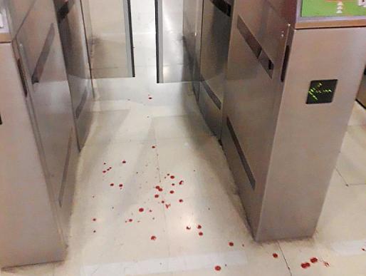 Manchas de sangre en el suelo fruto de la agresión.