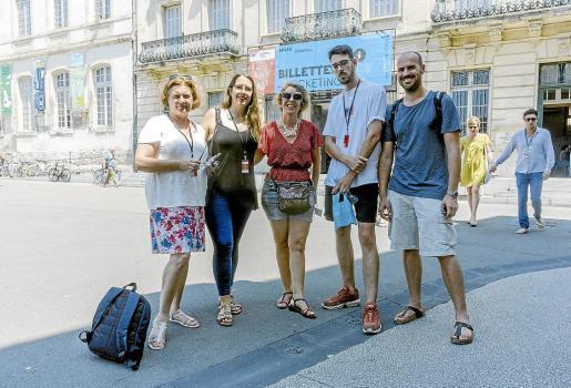 Karen Mueller, del Institut d'Estudis Baleàrics, y los artistas Laura Torres, Diana Coca, Guillermo Broglia y Toni Amengual, posando en Arles, Francia.