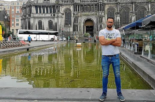 El rapero, en el paseo justo delante de la iglesia de Santa Catalina, en la ciudad de Bruselas, antes de conceder la entrevista a este periódico.