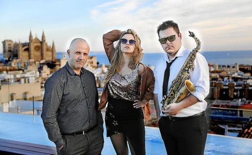 El trío Blacklist –Francisco Vázquez, Mar de las Heras y Cristian Sorribas–, en la terraza del hotel Nakar, situado en la avenida Jaime III, de Palma.
