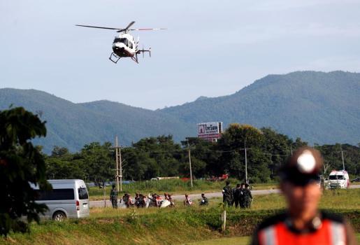 Un helicóptero se dispone a aterrizar para evacuar a uno de los niños rescatados de la cueva, en una base aérea en la provincia de Chiang Rai.