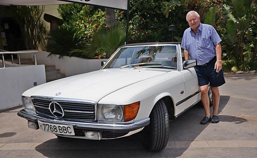 Ole Mortesen, un ciudadano danés que pasa todo el verano en Mallorca, es el propietario de este Mercedes 500 SL de 1981