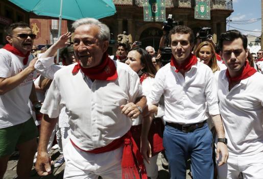 El candidato a la presidencia del PP, Pablo Casado,visitando el Casco Viejo de Pamplona.