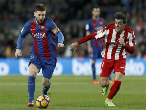 Carlos Castro, junto a Leo Messi, en un partido entre el Barcelona y el Sporting de Gijón.
