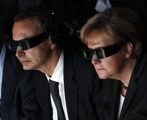 José Luis Rodríguez Zapatero y Angela Merkel, con sus gafas 3D durante la inauguración de la feria CeBIT.