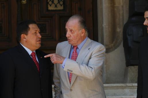 El presidente venezolano, Hugo Chávez, y el rey Juan Carlos, en su primer encuentro tras el famoso «Y tú, ¿por qué no te callas?».