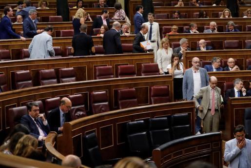 Los diputados de Ciudadanos abandonan el hemiciclo antes de que comience la votación.