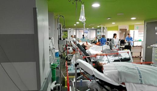 Camillas con pacientes en la zona de Urgencias de Son Espases, una imagen que SATSE no quiere para el verano.