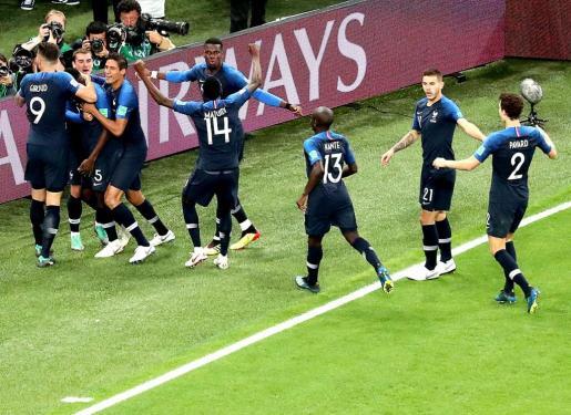 Samuel Umtiti de Francia, celebra con sus compañeros de equipo el gol que les da ventaja de 1-0 durante el partido de semifinales del Mundial de Rusia entre Francia y Bélgica en San Petersburgo.