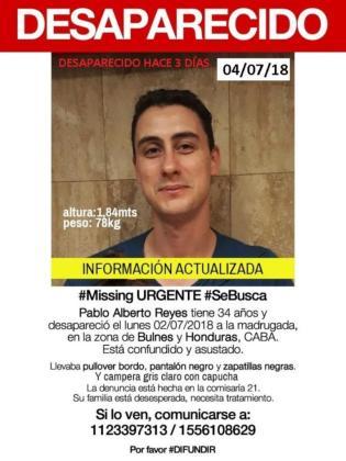 Imagen de los carteles con los datos del joven desaparecido en Buenos Aires.