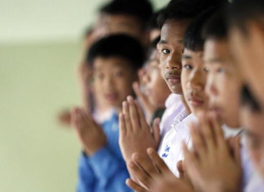 Estudiantes tailandeses oran después de que sus compañeros de clase, que estaban atrapados en la cueva de Tham Luang, fueran rescatados.