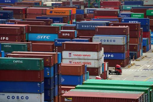 Imagen de contenedores en el puerto de Shanghai listos para ser embarcados.