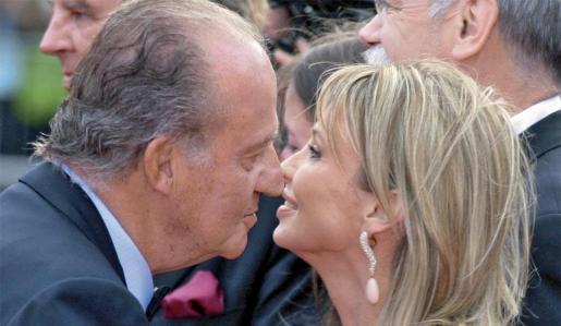 El Rey Juan Carlos I y Corinna se saludan en una imagen de archivo.