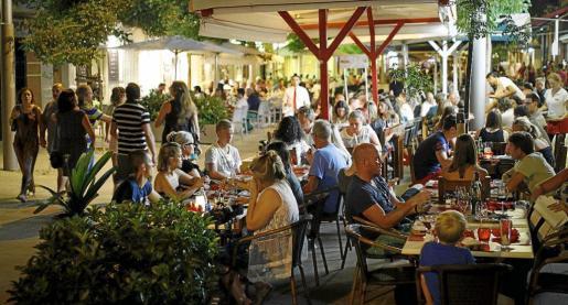 Imagen de turistas sentados en la terraza de un bar en Palma.