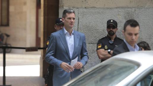 El exduque Iñaki Urdangarin recogió en la Audiencia de Palma la orden de ingreso en prisión tras conocerse la sentencia del caso Nóos.