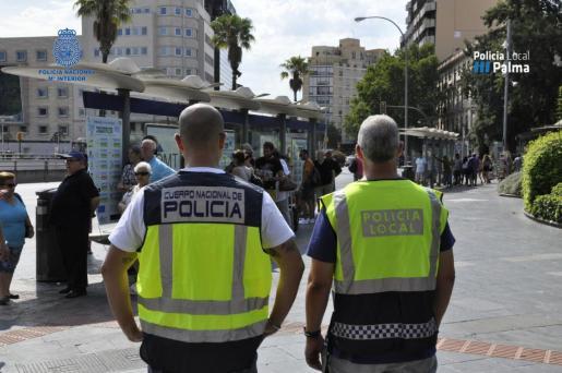 Los agentes de la Policía Nacional y Local de Palma trabajan en conjunto para evitar los masivos hurtos que existen en esta época en Palma.
