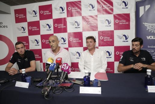 Imagen de la presentación del convenio prorrogado entre el Urbia y el Voley Palma.