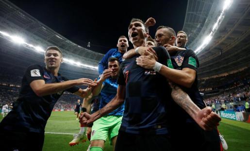 Los jugadores de la selección de Croacia celebran el gol de la victoria, obra de Mandzukic.