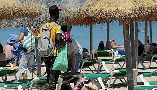 Este verano hay más vendedores ambulantes en Palma y suelen llevar los productos encima.
