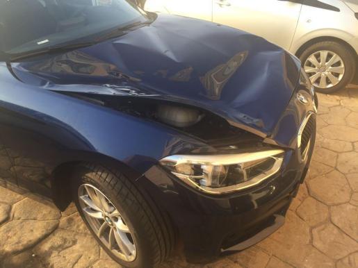 El turista aterrizó violentamente sobre un vehículo estacionado en la calle.