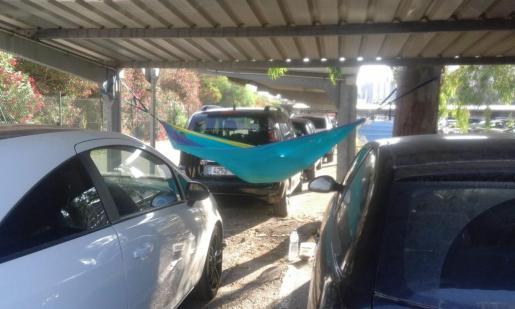 Hamaca colgante en el aparcamiento para empleados del aeropuerto de Palma.