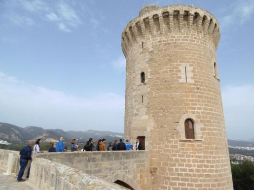 Imagen de archivo de un grupo de visitantes accediendo al Castell de Bellver.