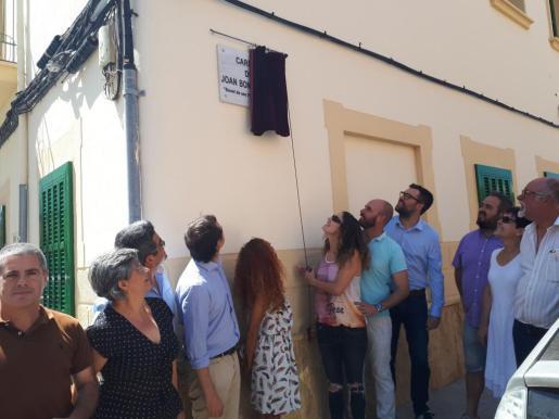 El alcalde de Palma, Antoni Noguera, ha descubierto este jueves la placa que lleva el nombre de Joan Bonet Nadal para renombrar la antigua calle Rotaboc.