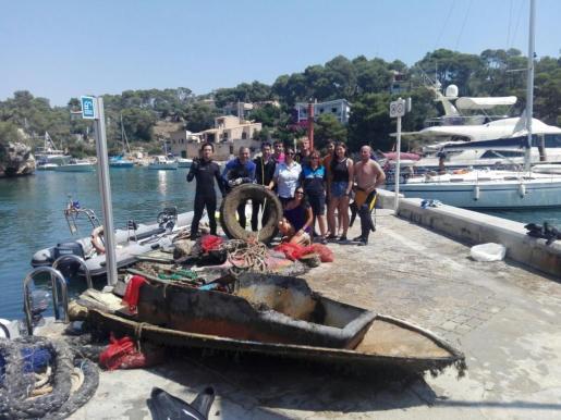 Imagen de los voluntarios que han retirado más de 1.400 quilos de residuos del fondo marino en Cala Figuera.
