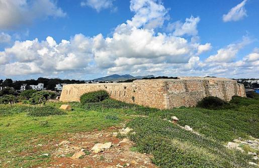 Vista panorámica de la fortaleza situada en Cala Egos, en el municipio de Santanyí.