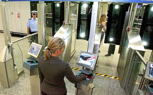 El piloto no pudo superar el control de pasaportes en México.